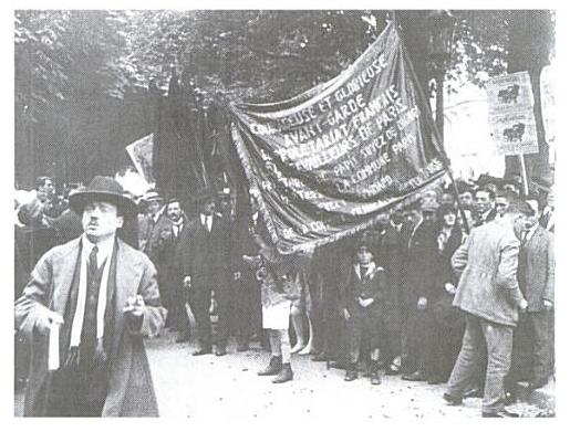Le drapeau de la Commune, des barricades de Belleville au mausolée de Lénine